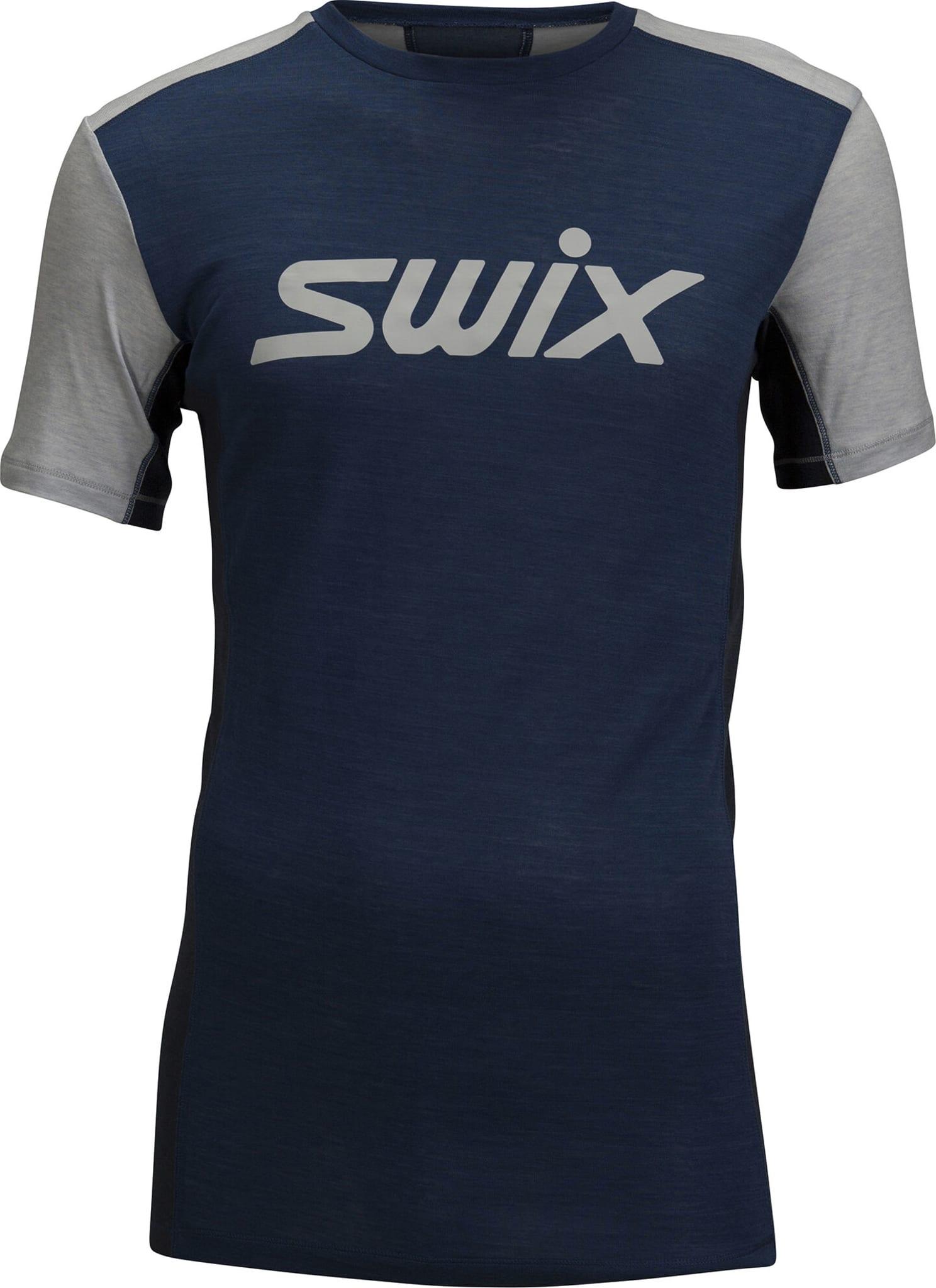 En multisport/fritid hybrid T-skjorte/Undertøy med topp funksjonsmaterialer og foreggjort detaljering.