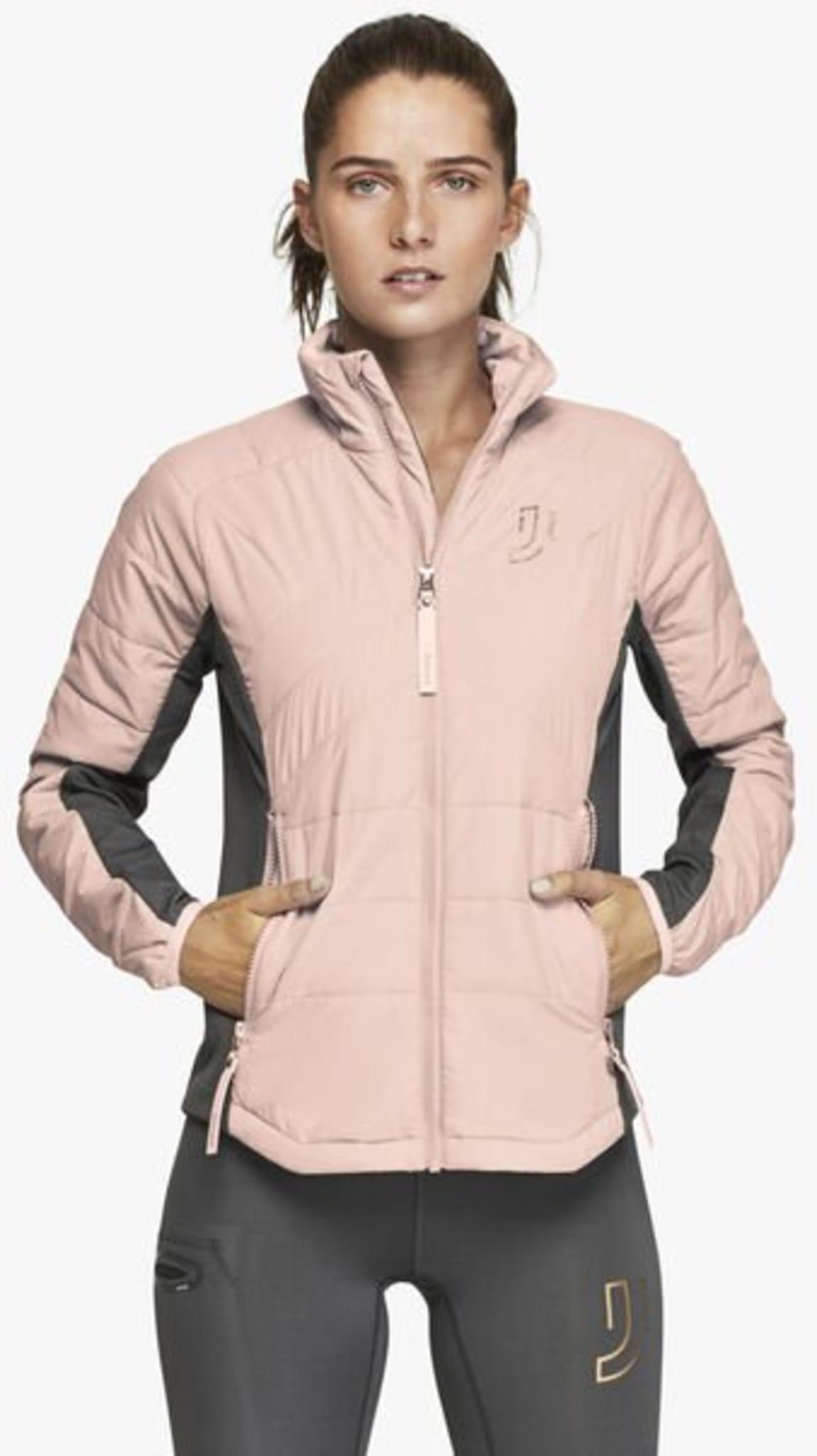 Feminin og sporty liner jakke med Primaloft® Silver isolasjon. Vindavstøtende front og rygg i kombinasjon med isolering foran holder deg god og varm.
